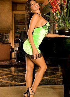 Шикарная девушка в зеленом платье и ее стриптиз - фото #