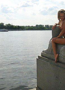 Алиса на питерской набережной трясет сиськами - фото #