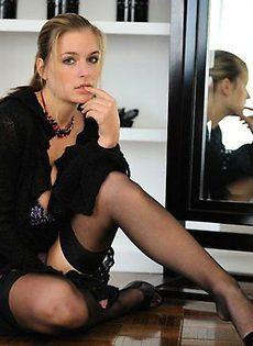 Красотка примеряет сексуальное белье - фото #