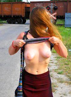 Баба ласкает в городе свою вагину - фото #