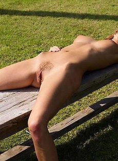 Баба загорает голышом - фото #