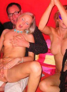 Групповуха в ночном клубе - фото #