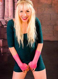 Блондинка от счастья нассала в трусы - фото #