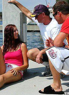 Мужики сняли шлюшку и трахнули на яхте - фото #