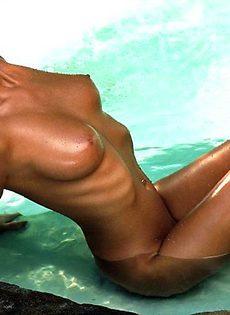 Грациозная модель нежится голая в бассейне - фото #