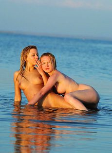 Морские русалки веселятся голышом - фото #