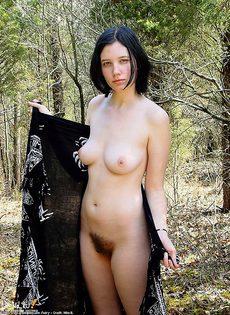 Брюнеточка показывает свою махнатую писечку в лесу - фото #