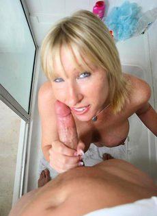 Секс со зрелой женщиной в душевой комнате - фото #