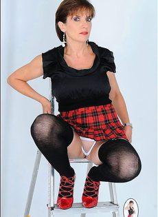 Женщина 40ка лет показывает свою попку стоя на лестнице - фото #