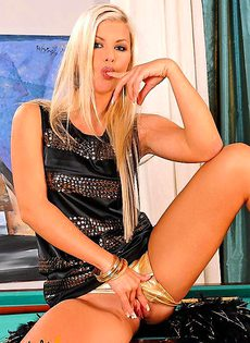 Блондиночка дрочит на бильярдном столе - фото #