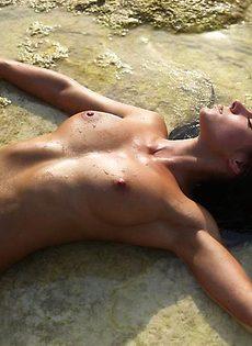Три страстные туристки ласкают друг друга на пляже - фото #