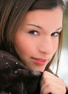 Горячая красотка разделась на снегу - фото #