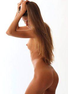 Загорелая модель классно позирует и онанирует - фото #