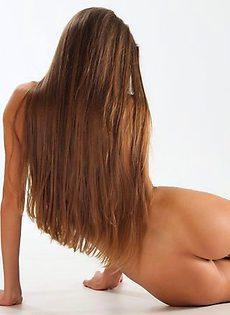 Девчонка обнажает стройное тело - фото #