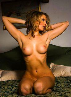 Классная лярва играет с вагиной на кровати - фото #
