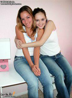 Молоденькие девчонки ласкают друг друга между ног - фото #