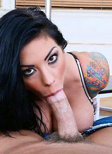 Татуированая тёлочка сасёт большой член - фото #
