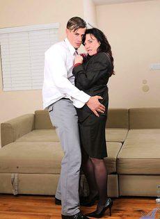 Женщина ебется с горячим студентом - фото #