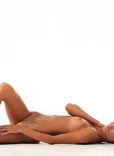 Гламурная девушка занимается йогой нагишом - фото #