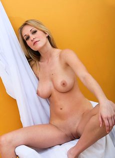 Похотливая девка показывает голый шпагат - фото #
