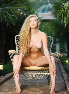 Горячая девушка дрочит в плетеном кресле - фото #