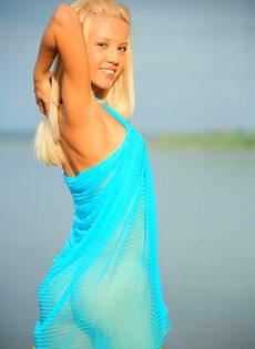 Соблазнительная блондинка позирует нагишом на реке - фото #