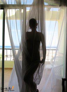 Сисястая брюнетка фотографируется голой на отдыхе - фото #13