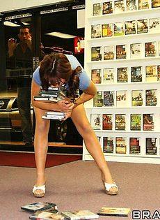 Продавщица порнофильмов трахнулась с симпатичным посетителем - фото #