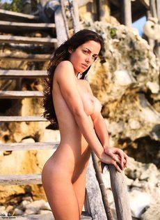 Брюнетка разделась на деревянной лестнице - фото #