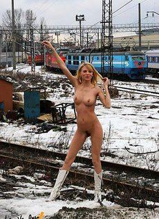 Голая девка гуляет по железнодолрожной станции - фото #