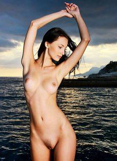 Красотка снимается нагой прямо на набережной - фото #