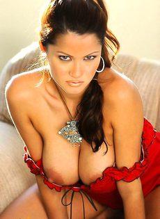 Брюнетка с роскошной грудью сексуально отдыхает - фото #