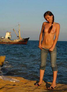 Морячка Ирина теребит руками пизду - фото #