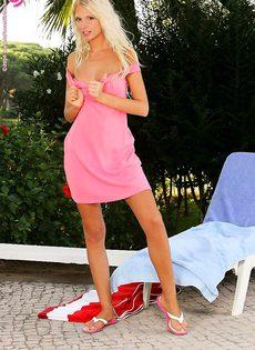 Молодая стройная блондинка ебется с лучшей подружкой - фото #