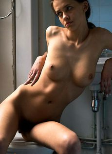 Милая горячая штучка дрочит в ванной - фото #