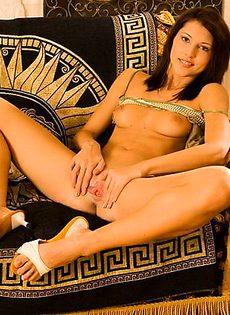 Стройная длинноногая красавица покажет свои интимные места! - фото #