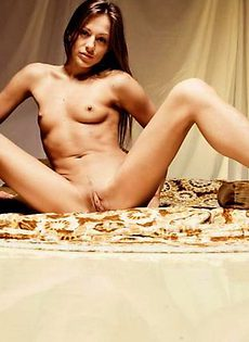 Фотомодель обнажила худое тело с небольшой грудью и торчащими сосками - фото #
