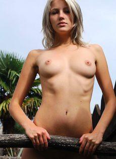 Марина на отдыхе ласкает пизденку - фото #