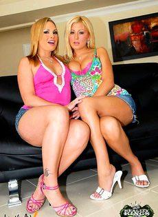 Две красотки на один член приятеля - фото #