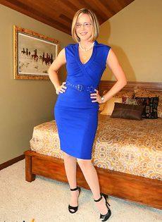 Шлюшка в синем платье показывает эротическое шоу - фото #2