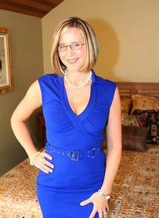 Шлюшка в синем платье показывает эротическое шоу - фото #3