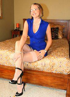 Шлюшка в синем платье показывает эротическое шоу - фото #