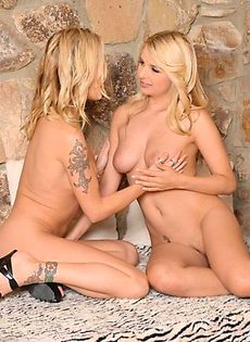 Две красотки на диване устроили секс - фото #