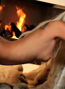 Симпатичная блондиночка показала сиськи - фото #