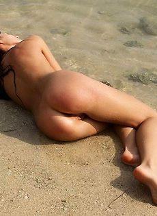 Красотка плещется голой в океане и кайфует - фото #