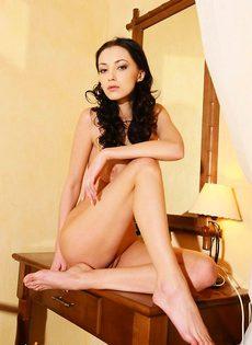 Надя перед зеркалом классно играет с вагиной - фото #