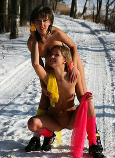 Зимние забавы двух голых подруг - фото #