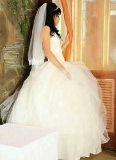 Невеста из Азии устроила стриптиз - фото #