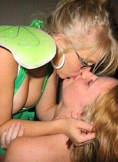 Прикольные девчонки целуются везде - фото #