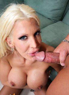 Блондинку выебали между сисек длинным членом - фото #
